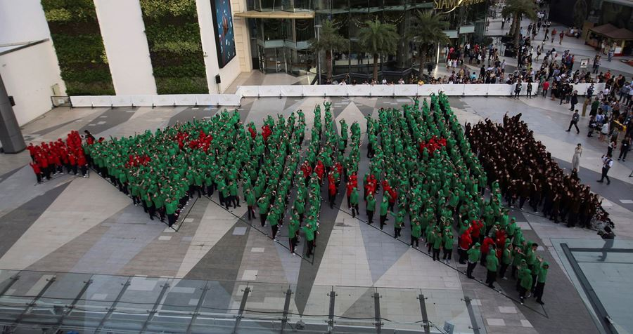 The World's largest human Christmas tree!